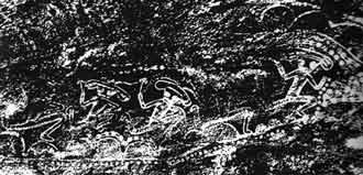 Menschen mit Pilzköpfen, umgeben von Ketten aus Kugeln, Tassili-Region, algerische Sahara, ca. 10'000 Jahre alt.