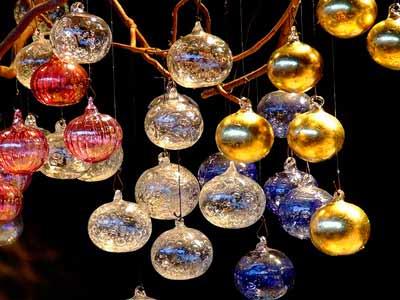 Christmas market - leuchtende Weihnachtskugeln.